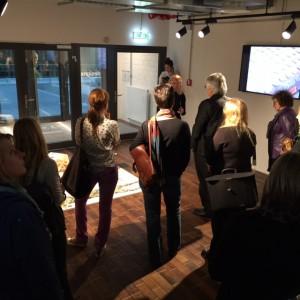 Prof. Renata Brink führt durch die Ausstellung