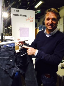 Bert von Mud Jeans zeigt mir die schwarze vegane Jeans ohne Lederpatch